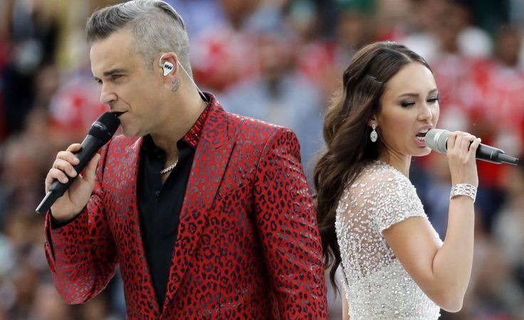 Zanim na murawę wybiegli piłkarze, podczas krótkiej ceremonii otwarcia zaśpiewał Robbie Williams (Fot. PAP)