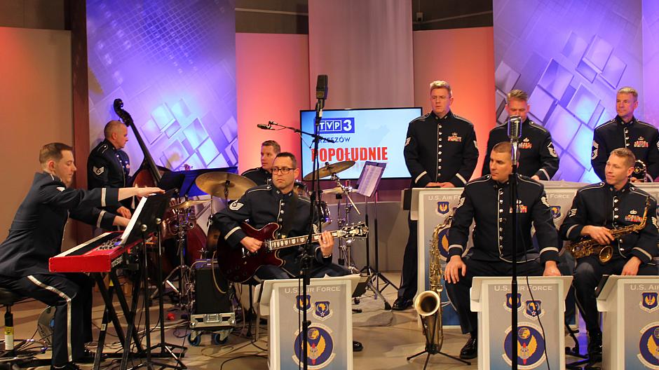 """4. Muzycy z zespołu """"United States Air Forces in Europe"""" w TVP3 Rzeszów"""