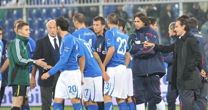 Włoska ekipa w dyskusji z sędziami po przerwanym meczu w Genui (fot.PAP/EPA)