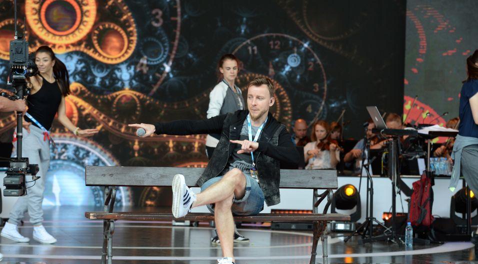 Piotr Kupicha ćwiczy swoje umiejętności taneczne (fot. Jan Bogacz)