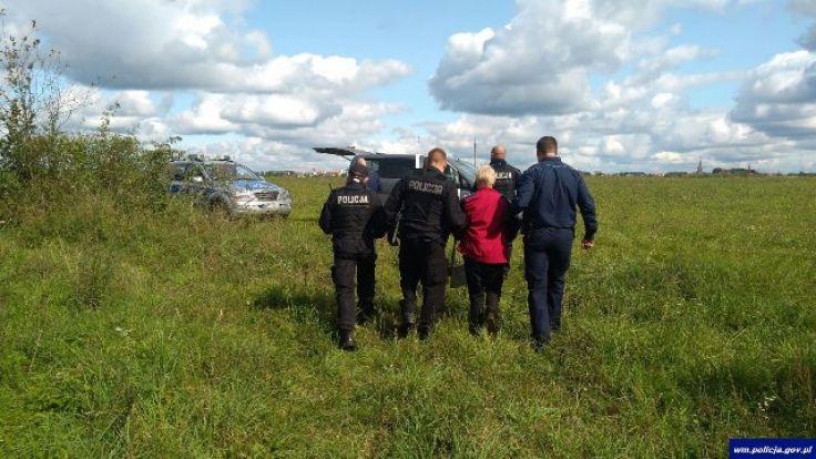 52-latka była przemoczona i wystraszona (fot. KWP Olsztyn)