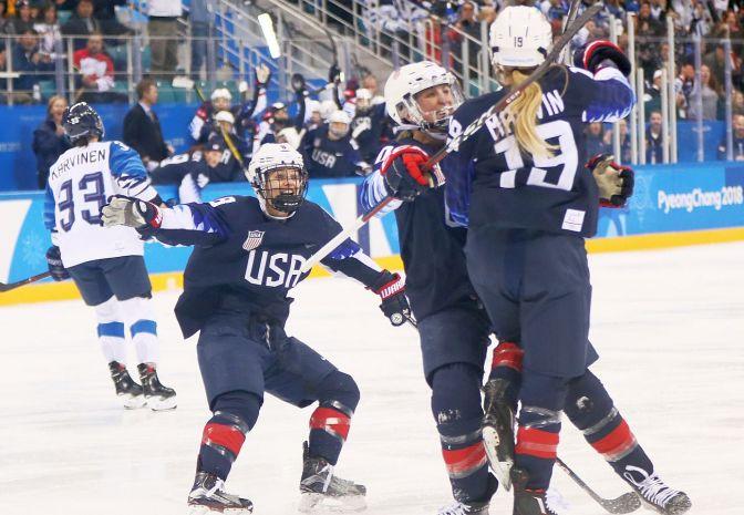 Amerykanki pierwszymi finalistkami w hokeju