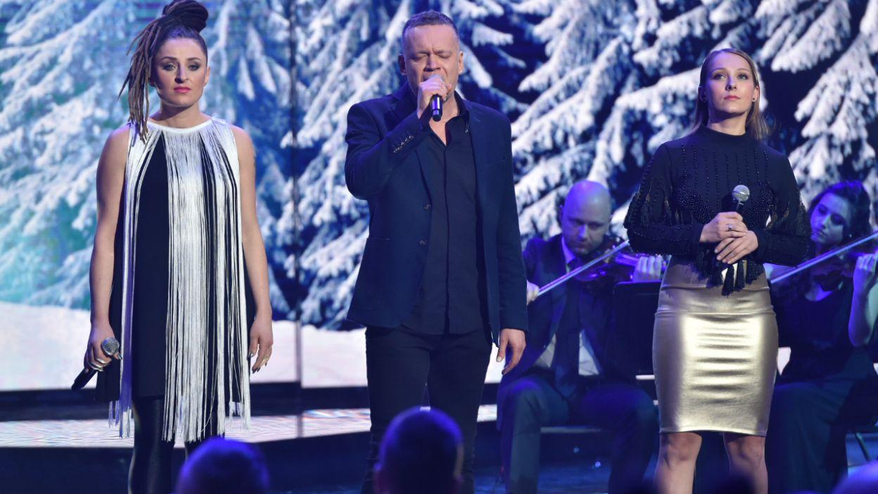 """O miłości i o pomocy  – """"Kolędę dobrych ludzi woli""""  zaśpiewali Krzysztof Antkowiak, Natalia Lubrano i Agnieszka Cudzich (fot. I. Sobieszczuk/TVP)"""