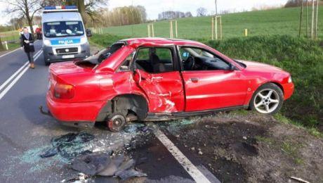 kierowca audi doprowadził do bocznego zderzenia z ciężarowym fiatem (fot. KWP Olsztyn)