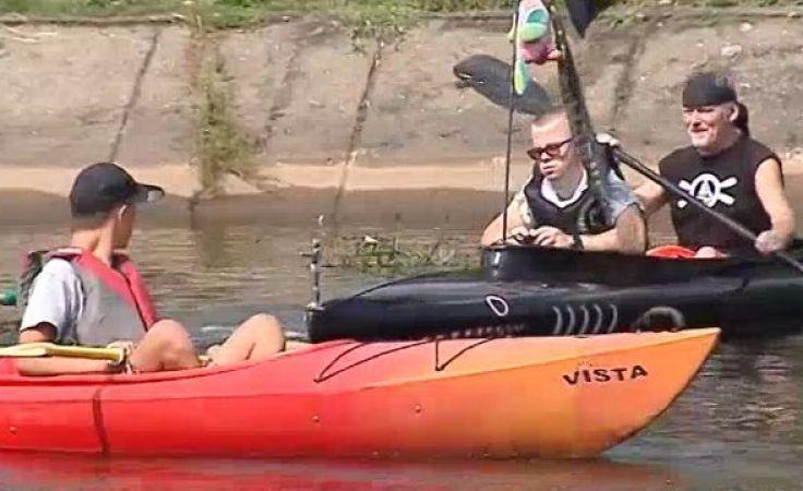 dzieci z niepełnosprawnościami wzięły udział w spływie kajakowym Brdą