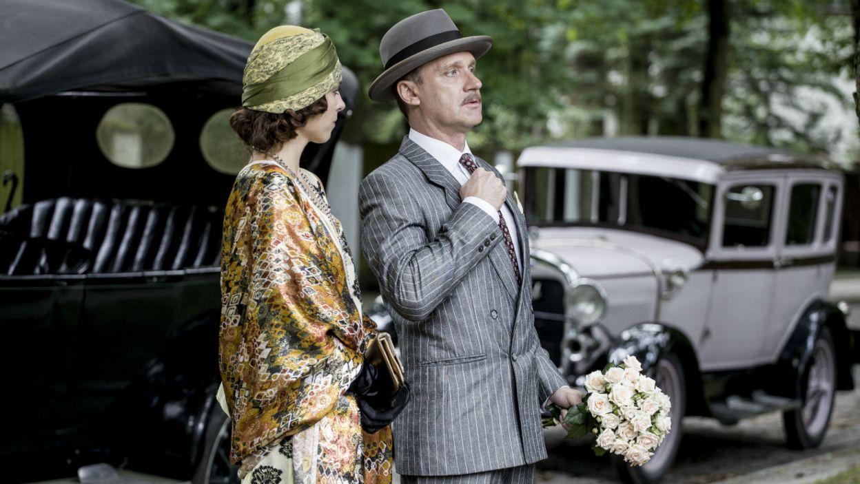 Ignacy przyjeżdża z kobietą, czym wzbudza konsternację gości. – Moja asystentka Olga – mówi. (fot. TVP)