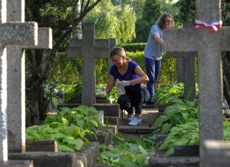 Warszawiacy sprzątają groby Powstańców