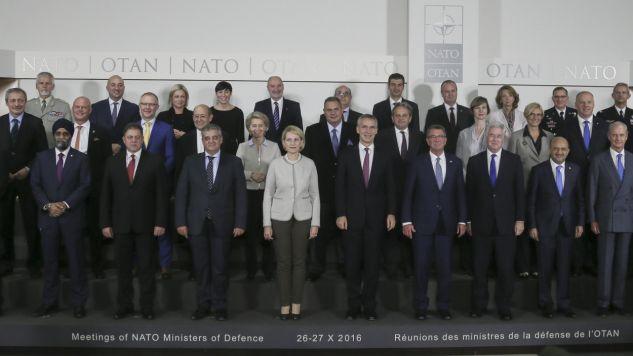 Ministrowie obrony państw NATO na pamiętkowym zdjęciu  (fot. PAP/EPA/OLIVIER HOSLET)