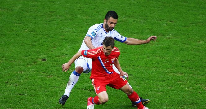 Andriej  Arszawin zastawia piłkę (fot. Getty Images)