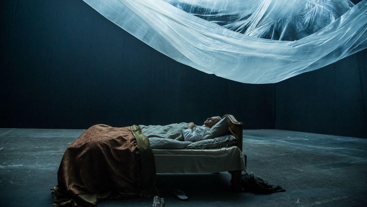 Rzeczywistość dworu wciąga mężczyznę w emocjonalny wir (fot. Jan Bogacz/TVP)