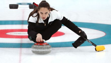 Curling: bolesny upadek. Zawodniczka potrąciła kamień