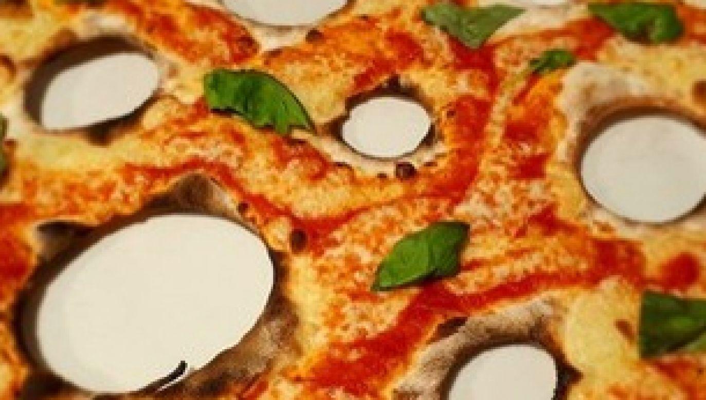 """Do menu swego lokalu Cravero wprowadził """"pizzę z dziurami jak na Cassi"""" (fot. źródło:  twitter/ ilmessaggero.it)"""