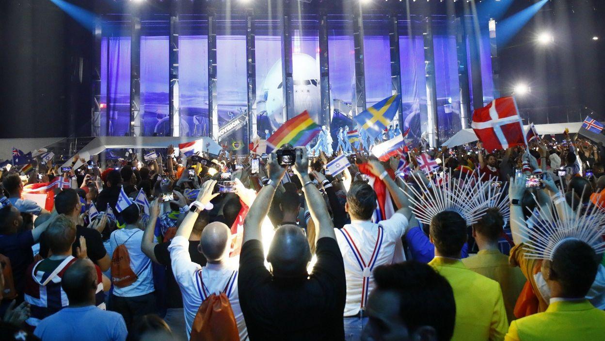 """Eurowizyjna scena niczym droga startowa dla samolotów? Finaliści 64. Konkurs Piosenki Eurowizji 2019 przylecieli specjalnym """"samolotem"""", za którego sterami znalazła się Netta (fot. Andres Putting/EBU)"""