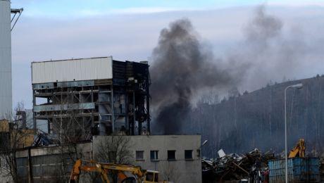 Pożar jednego z obiektów na powierzchni likwidowanej kopalni Boże Dary w katowickiej dzielnicy Kostuchna. Foto. PAP/Andrzej Grygiel