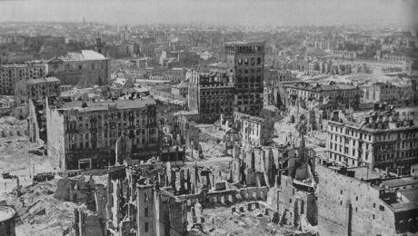 Fot.: Zniszczone budynki PAST-y widziane z Prudentialu / Wikimedia Commons/ Domena Publiczna