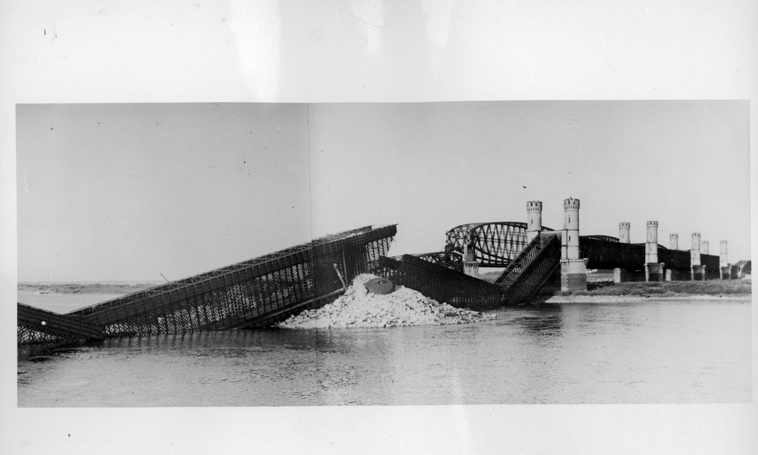 Wrzesień 1939. Wysadzony przez wojska polskie most kolejowy na Wiśle. Fot. NAC