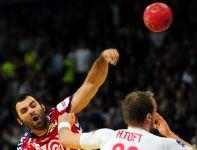 Ivan Stanković rzuca na bramkę Duńczyków (fot. PAP/EPA)