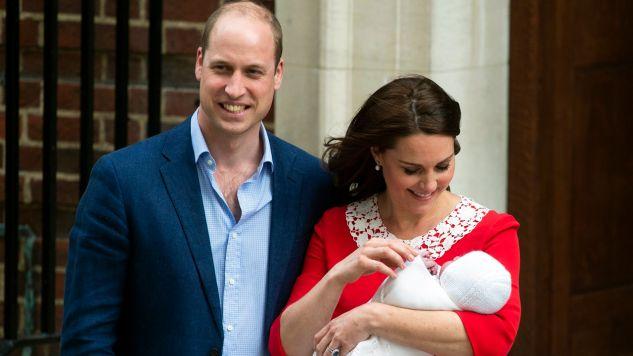 Brytyjski książę William, książę Cambridge i jego żona, Kate, księżną Cambridge, która trzyma nowonarodzonego syna (fot. PAP/EPA/WILL OLIVER)