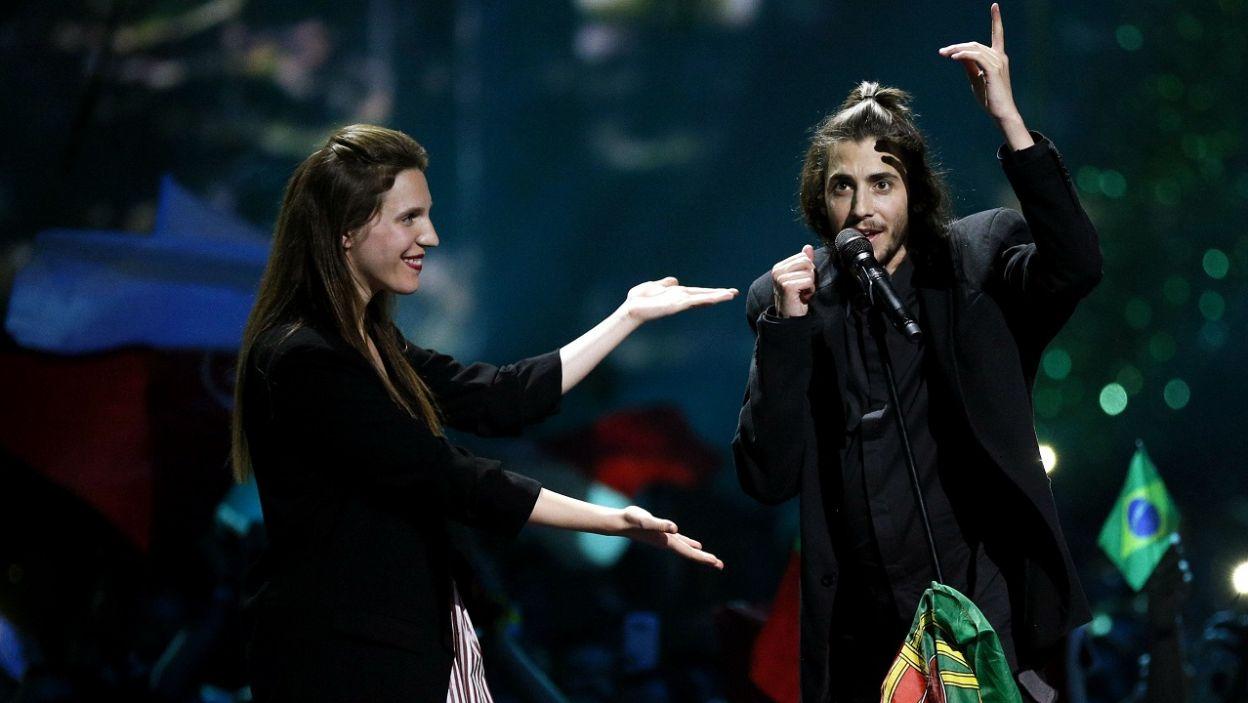 Szczęśliwy zwycięzca Konkursu Salvador Sobral z siostrą (fot. PAP/EPA/SERGEY DOLZHENKO)