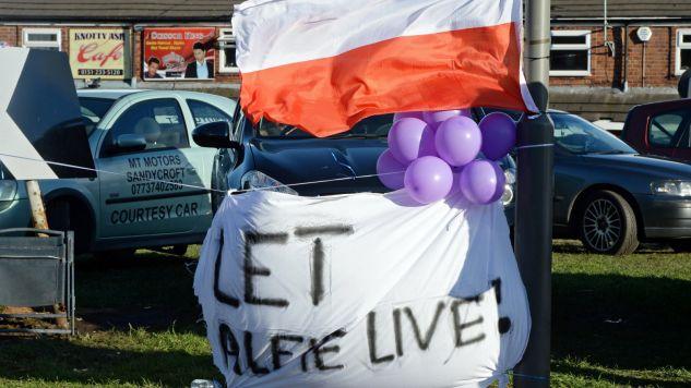 Wielu Polaków zaangażowało się w sprawę tragicznej sytuacji rodziny Evans (fot. PAP/EPA/PETER POWELL)