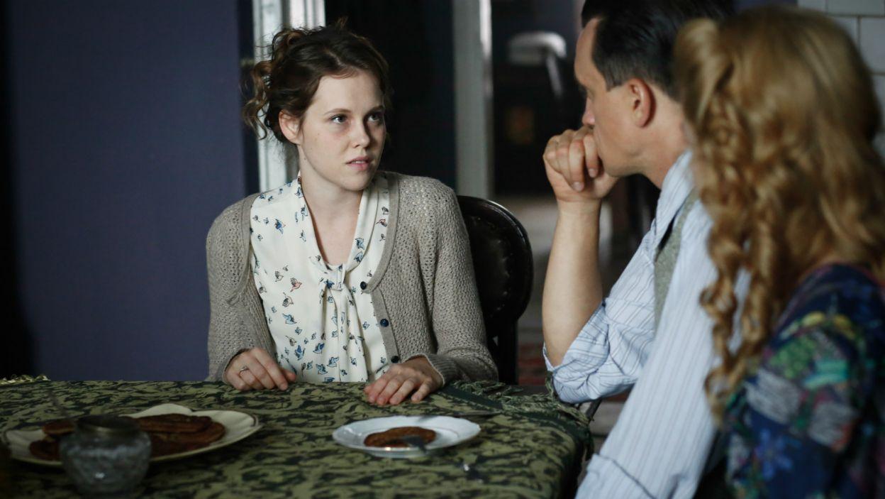 Kamil prosi Irkę, by ta pojechała po jego rzeczy do folwarku. Dziewczyna informuje o tym brata… (fot. TVP)