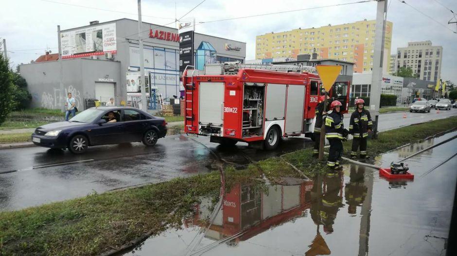 Straż wypompowywuje deszczówkę z zalanego torowiska na u. Fordońskiej (fot. Hanna Nowak-Stańczak)