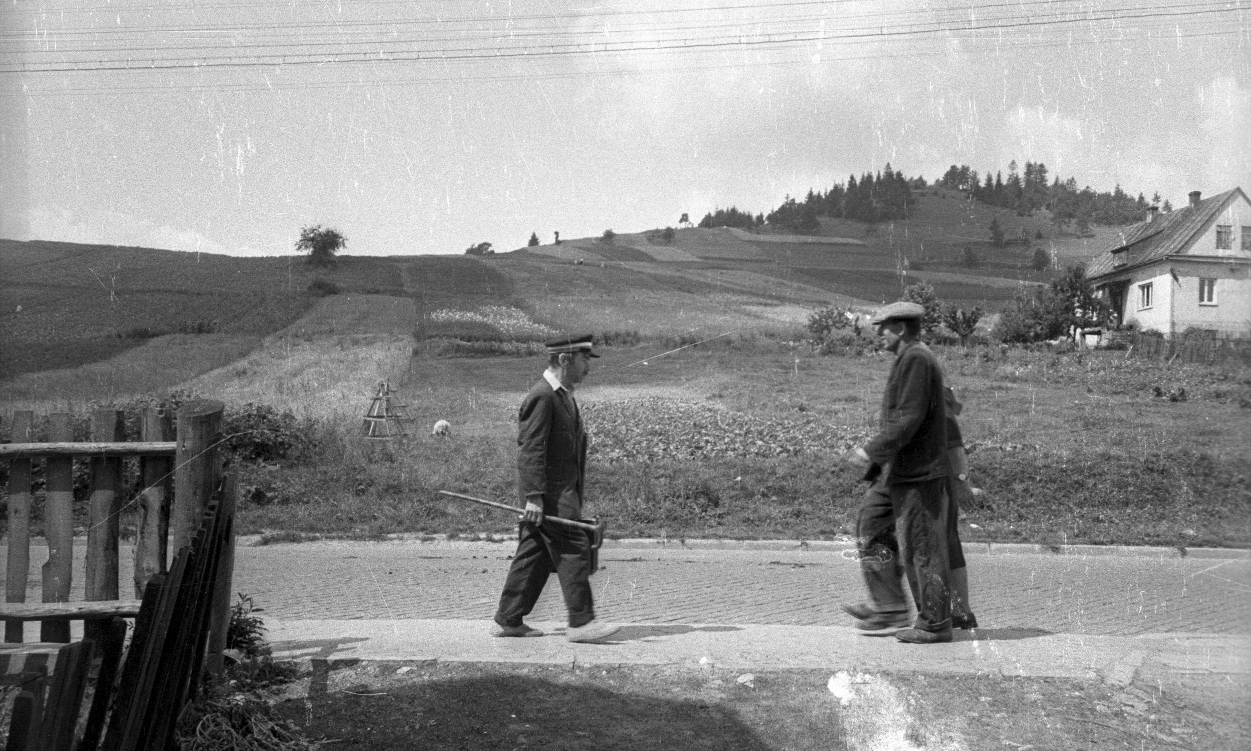 Nikifor kochał Łemkowszczyznę. Przesiedlano go trzy razy, a on za każdym razem  wracał pieszo do swoich rodzinnych stron. Zdjęcie: Krynica po 1963. Fotoreportaż o Nikiforze. Fot. Muzeum Narodowe w Warszawie/PAP/Wiesław Prażuch