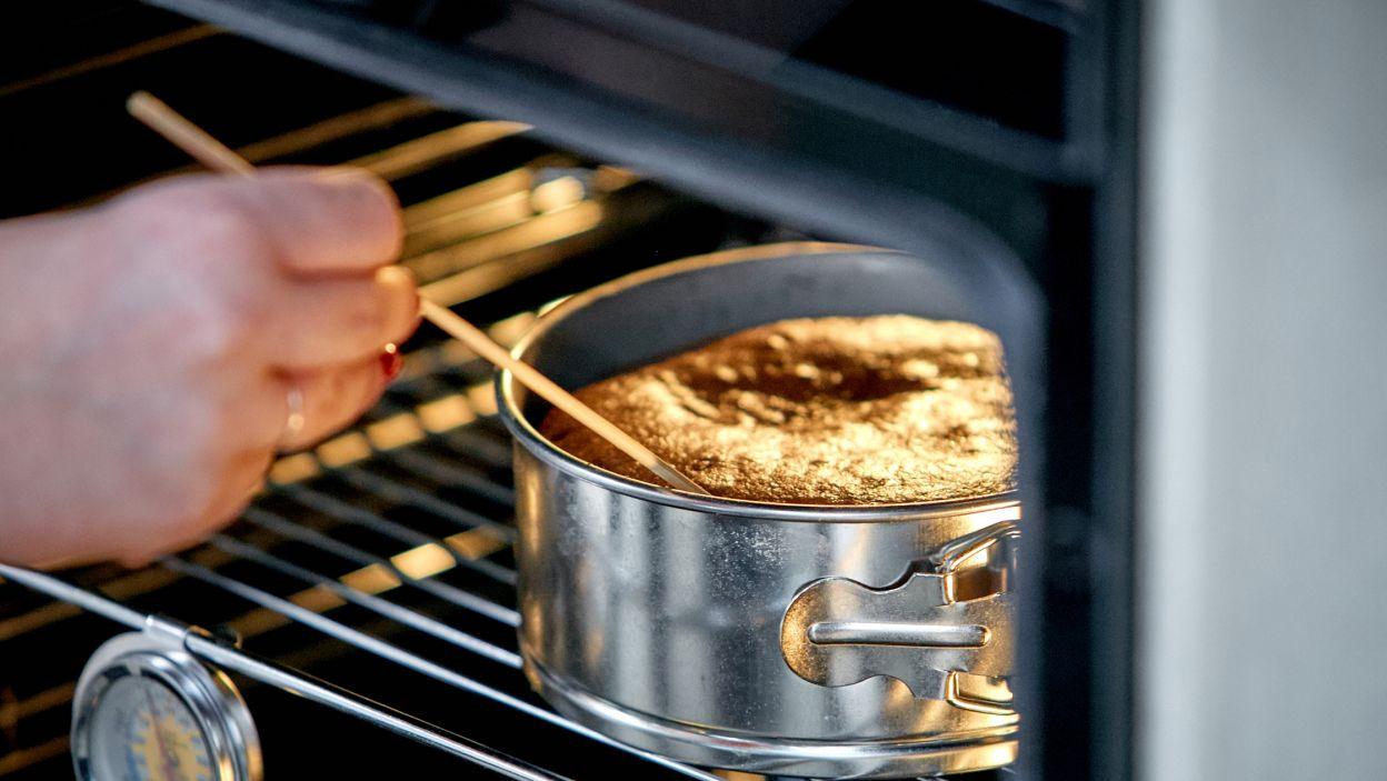 Ciasto jest gotowe, ale to dopiero początek. Trzeba je pokroić i wypełnić smakołykami (fot. TVP)
