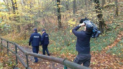 Policja przeszukuje tereny leśne