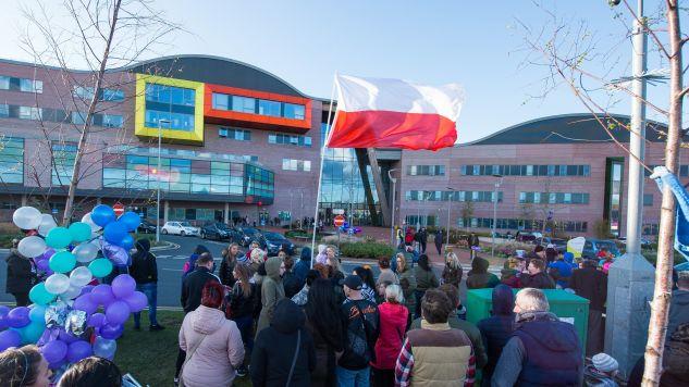 Polska flaga przed szpitalem Alder Hey (fot: PAP/EPA/Peter Powell)