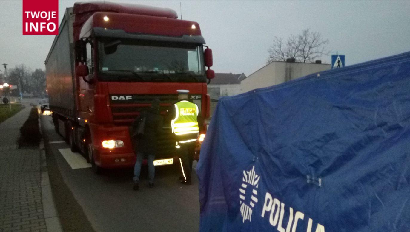 Samochód ciężarowy śmiertelnie potrącił dwie osoby (fot. policja.pl)