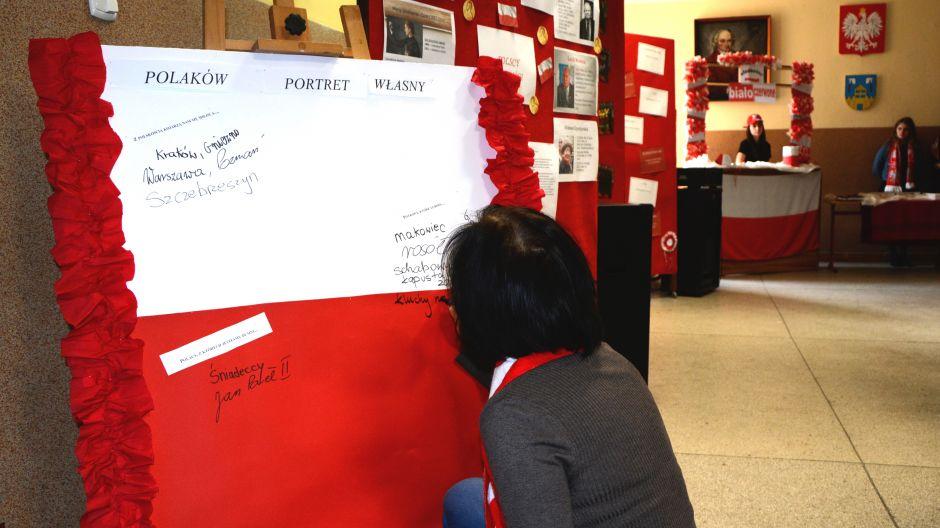 Społeczność I LO w Żninie podczas tworzenia mapy mentalnej o Polakach i cenionych przez nich wartościach, miejscach, ludziach, potrawach, będącego częścią szkolnych obchodów Święta Niepodległości (fot. Kinga Kwiatkowska)