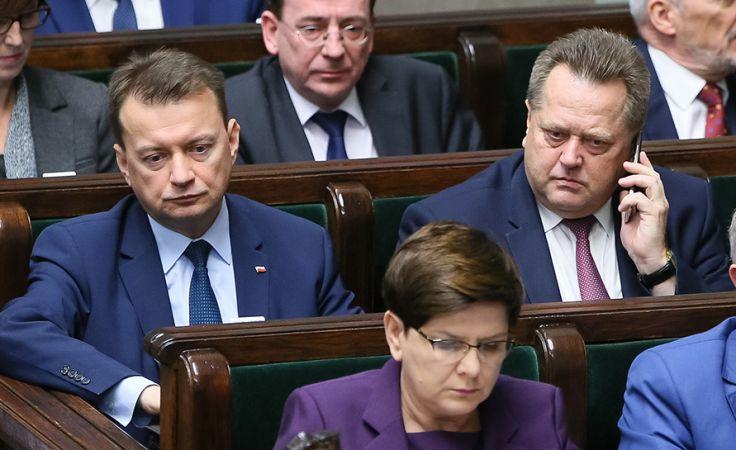 Minister spraw wewnętrznych i administracji Mariusz Błaszczak (C) (fot. PAP/Paweł Supernak)