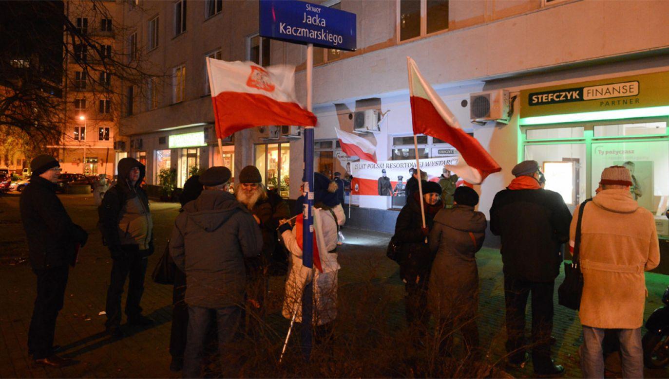 W Warszawie odbyła się również pikieta przed domen gen. MO Władysława Ciastonia (fot. PAP/Jakub Kamiński)