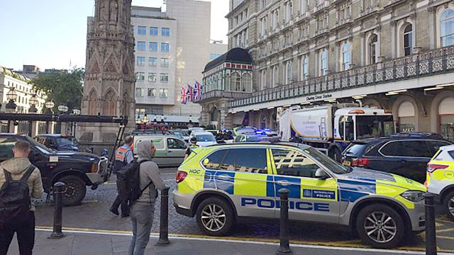 Ewakuacja stacji metra w Londynie. Mężczyzna wyszedł na tory i groził, że mam bombę
