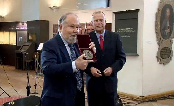 Wybitny historyk wyróżniony. Janusz Małłek z nagrodą Krasickiego