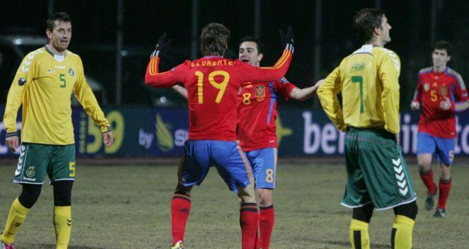 Fernando Llorente i Xavi Hernandez cieszący się ze zdobycia gola w meczu z Litwą (fot. PAP/EPA)