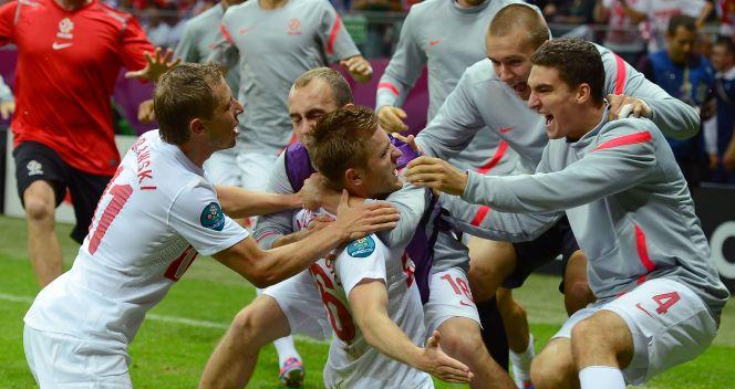Pomocnik Borussii Dortmund w ramionach kolegów (fot. Getty)