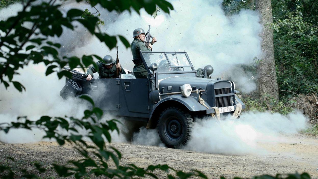 Zaskoczony ostrzałem konwój próbuje się bronić (fot. TVP)