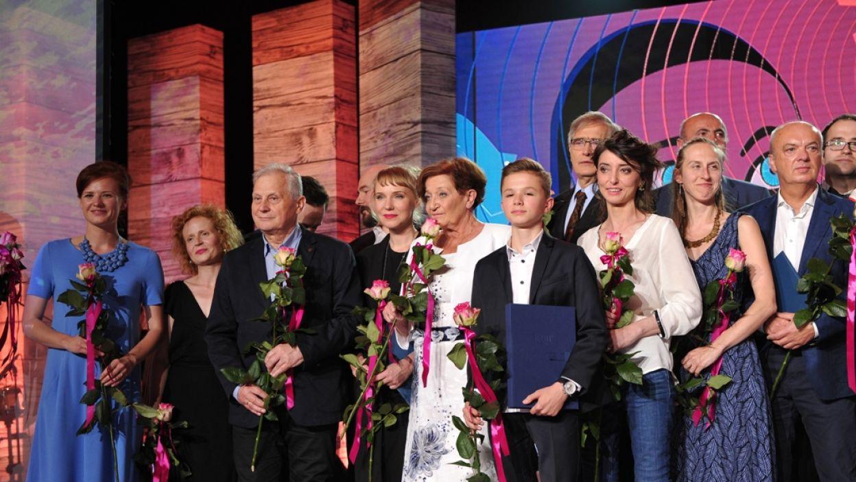 Laureaci na wspólnej, pamiątkowej fotografii (fot. N. Młudzik/TVP)