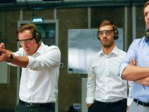 Panowie rozpoczynają dzień na strzelnicy,... (fot. A. Grochowska)