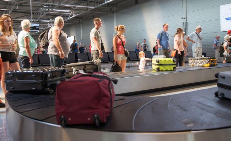 Turyści upadłego biura podróży Alfa Star na lotnisku w Pyrzowicach. fot. PAP/Andrzej Grygiel