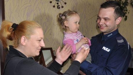 Emilka odzyskała implant słuchowy (fot. olsztyn.policja.gov.pl)