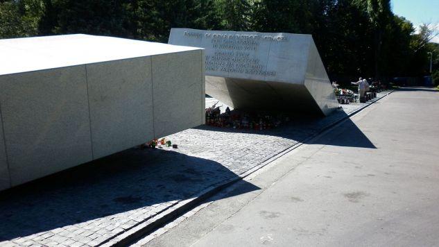 Na warszawskich Powązkach Wojskowych ekshumowano ciało kolejnej ofiary (fot. Wikipedia/Lukasz2)
