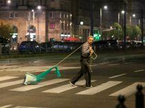 Nie ma smutniejszego obrazu niż Krzysiek przemierzający miasto w poszukiwaniu... nie tylko miłości (fot. A. Grochowska)