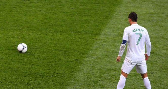 Cristiano Ronaldo szykuje się do wykonania rzutu wolnego (fot. Getty Images)