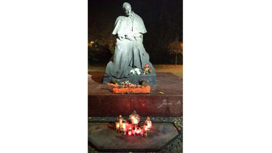 Torunianie nie zapomnieli w Dniu Niepodległości o zniczach i kwiatach pod pomnikiem Jana Pawła II