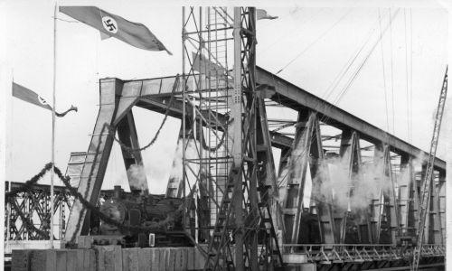Październik 1939 r. Otwarcie odbudowanego mostu na Wiśle w Tczewie. Widoczny parowóz Ok 1. Fot. NAC/ Sonnke Foto Gdańsk