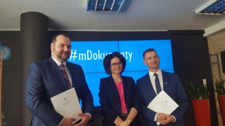 W imieniu Ełku umowę podpisał prezydent miasta Tomasz Andrukiewicz (fot. mc.gov.pl)
