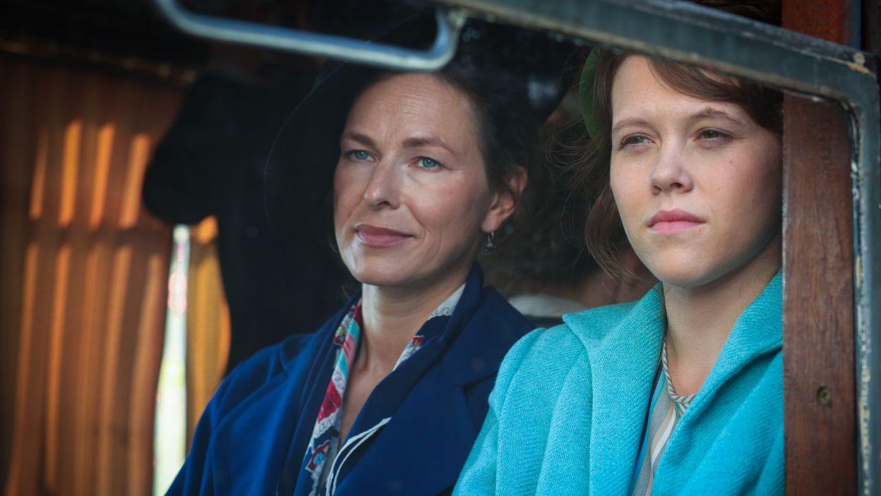 Irka jedzie na zwiady, przykrywką są poszukiwania Kamila. Na dworcu niespodziewanie dołącza do niej Brodzka i razem ruszają w podróż pociągiem (fot. TVP)